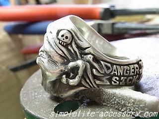 指輪の横を彫り込む